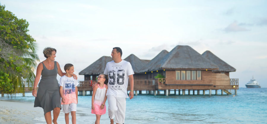 Bandos Island Resort Familie am Strand