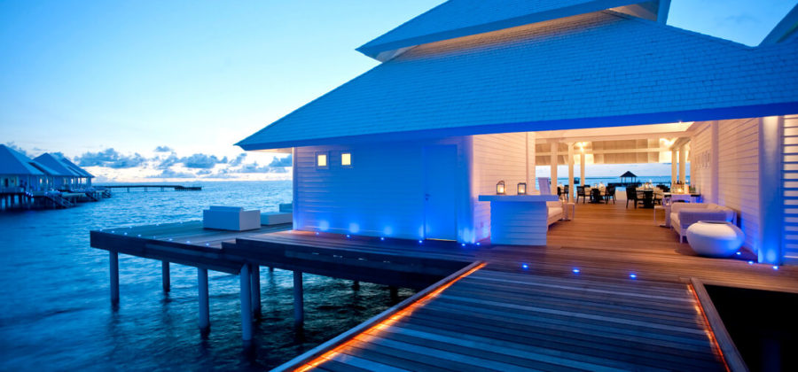 Diamonds Thudufushi Aqua Over Water Restaurant Abends