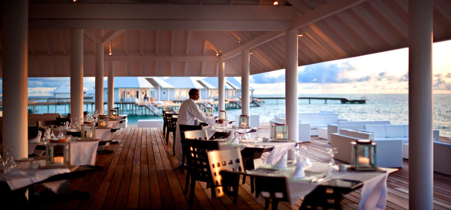 Diamonds Thudufushi Aqua Over Water Restaurant Kellner