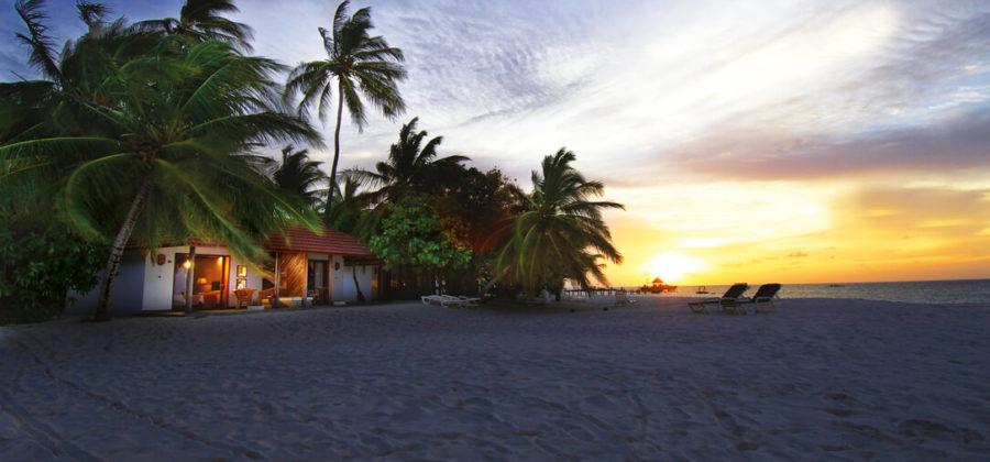 Diamonds Thudufushi Beach Bungalow Strand Sonnenuntergang