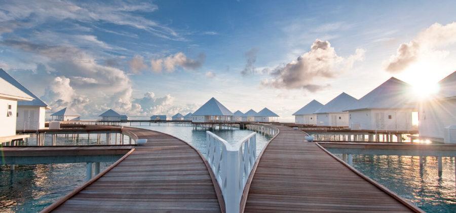 Diamonds Thudufushi Steg zu den Jacuzzi Water Villas