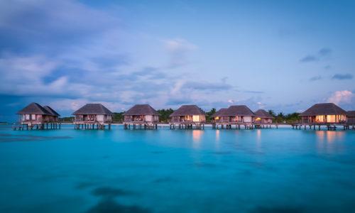 14 Tage in einer Wasser Villa des Embudu Village (3*), mit AI, inkl. Zug, Flug & Transfer