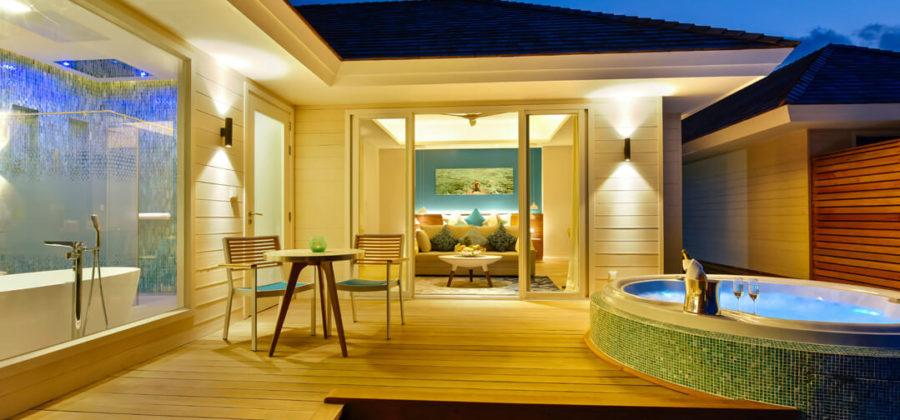 Kandima Aqua Villa with Jacuzzi Terrasse Abend
