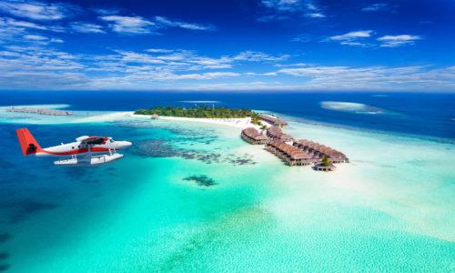 Wasserflugzeug fliegt zur Malediven Insel